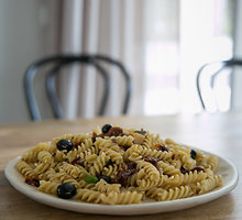 """Makaronų salotos """"Tutti frutti"""" su alyvuogėmis, sūriu ir džiovintais pomidorais"""