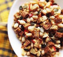 Veganiška duonos, pupelių ir obuolių mišrainė