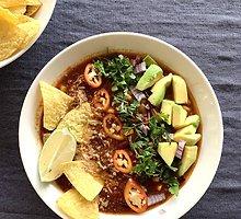 Meksikietiško stiliaus taco sriuba su jautiena