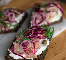 """Skandinaviškas """"Smørrebrød"""" sumuštinis su varškės užtepėle ir rūkytu šamu"""