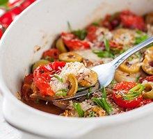 Orkaitėje kepta žuvis su alyvuogėmis ir pomidorais