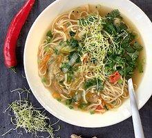 Greitai paruošiama kiniška sriuba su makaronais, daržovėmis ir žalumynais