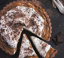 Šokoladinė tartaletė su karameliniu ir bezė kremu