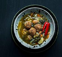 Lengva azijietiška sriuba su kiaulienos kukuliais