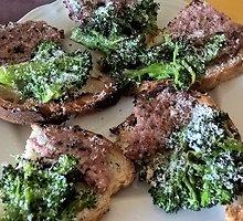 """Bruschetta su brokoliais ir """"pecorino romano"""" sūriu"""