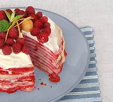 Blynų tortas su varškės kremu ir uogomis