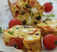 Nesaldus pyragas su feta, pomidorais ir alyvuogėmis
