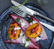 Keptų persikų, fetos ir cikorijų salotos