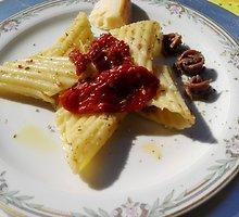 Makaronai su saulėje džiovintais pomidorais ir ančiuviais
