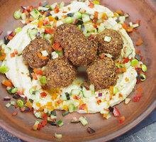 Falafeliai su humusu ir sezoninėmis daržovėmis