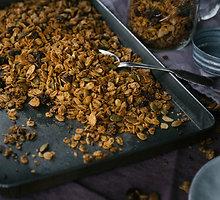 Granola su riešutų sviestu