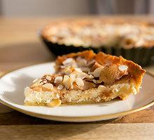 Bavariškas pyragas su varške, obuoliais ir migdolais