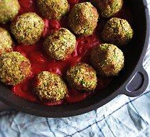 Veganiški lęšių kukuliai pomidorų tyrėje