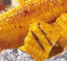 Ant grilio keptos kukurūzų burbuolės su žolelėmis