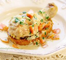 Vištienos šlaunelės su daržovių ir maskarponės sūrio užpilu