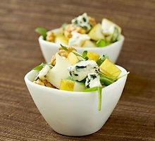 Gaivios salotos su kriaušėmis ir graikiškais riešutais