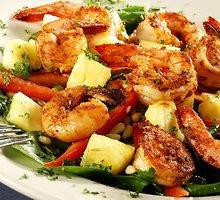 Ant laužo keptos krevetės su daržovėmis