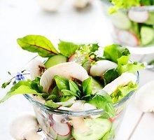 Agurkų salotos su pievagrybiais