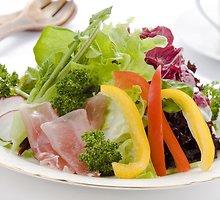 Vasariškos kaštainių salotos