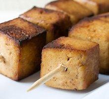 Ant žarijų pakepinti tofu vėrinukai
