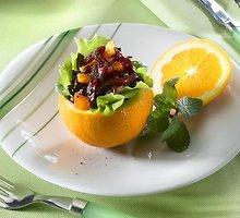 Salotos apelsino puselėje