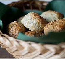 """Škotiškos pusryčių bandelės """"scones"""" su sūriu, česnakais ir prieskoninėmis žolelėmis"""