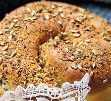 Balta saldi  riešutų  duona