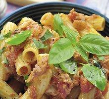 Makaronai su tunu ir pomidorų padažu