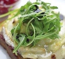 Skrebučiai su ožkų sūriu ir spanguolių džemu