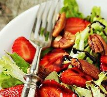 Braškių salotos su riešutais