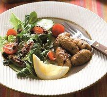 Kalakutienos kepsneliai su salotomis