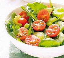 Salierų salotos su agurkais ir pomidorais