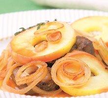 Keptos kepenys su svogūnų padažu ir obuoliais