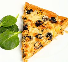 Vegetariška pica su porais ir špinatais