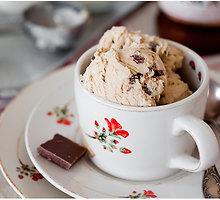 Kavos ledai su pieninio šokolado gabalėliais