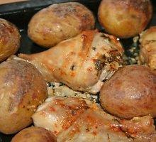 Keptos vištų šlaunelės su bulvėmis