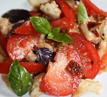 Pomidorų ir bazilikų salotos su mocarela