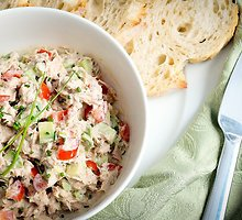 Tuno ir raugintų agurkų mišrainė
