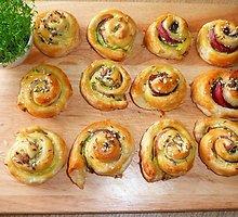 Sluoksniuotos tešlos pyragėliai su cukinijomis ir kumpiu