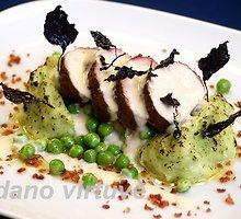 Kiauliena su kreminiu krienų padažu, saldžiais žirneliais ir žaliąja bulvių koše