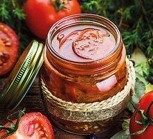 Slyviniai pomidorai kadagių uogų ir laurų lapų marinate