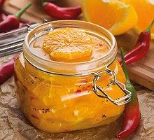 Aitriosiomis paprikomis ir prieskoniais paskaninti apelsinai