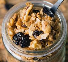 Avižinė granola su riešutais ir vyšniomis