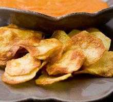 Naminiai bulvių traškučiai su keptų paprikų padažu