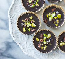 Nekepti šokolado skanėstai su pistacijų sviestu