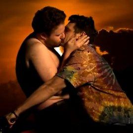 """Stop kadras/Sethas Rogenas (kairėje) ir Jamesas Franco klipo """"Bound 2"""" parodijoje"""
