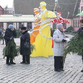 Aurelijos Kripaitės/15min.lt nuotr./Klaipėdiečiai ketvirtadienion popietę išsidalino apie tūkstantį pušies ir eglės šakų.