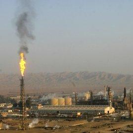 """""""Reuters""""/""""Scanpix"""" nuotr./Baidžio naftos perdirbimo gamykla Salah ed Dino provincijoje į šiaurę nuo Bagdado."""