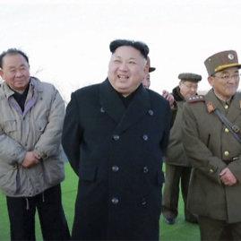 """""""Scanpix""""/AP nuotr./Kim Jong Unas stebi raketų paleidimą"""