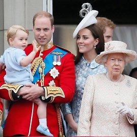 """""""Reuters""""/""""Scanpix"""" nuotr./Princas Williamas ir Kembridžo hercogienė Catherine su sūnumi George'u ir karalienė Elizabeth II (2015 m. birželis)"""